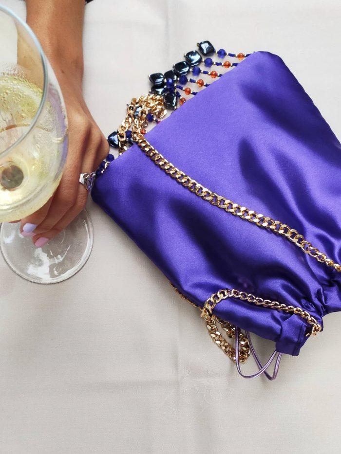copa de vino blanco con bolso fiesta morado scilla e cariddi