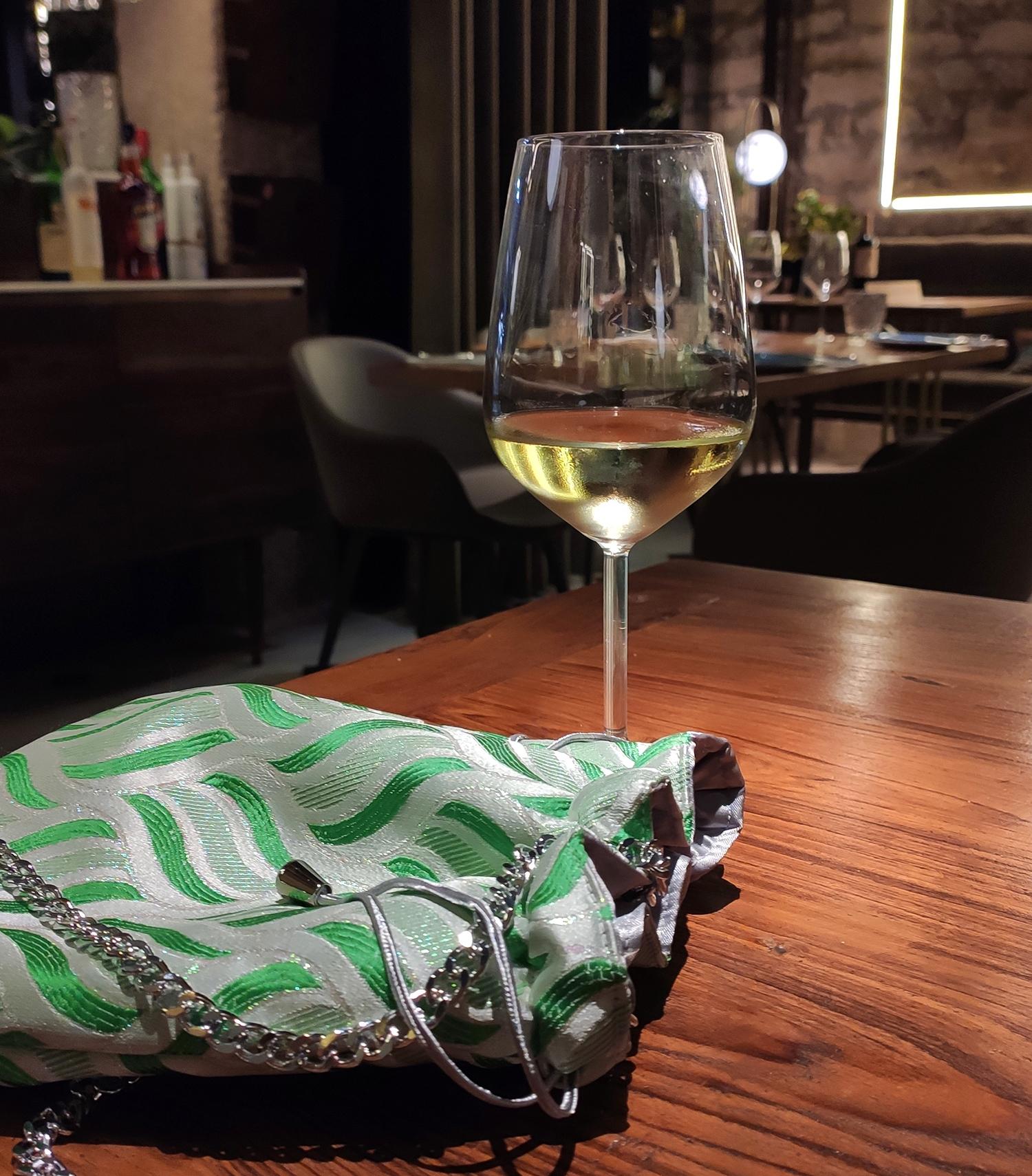 bolso-verde-lima-con-vino