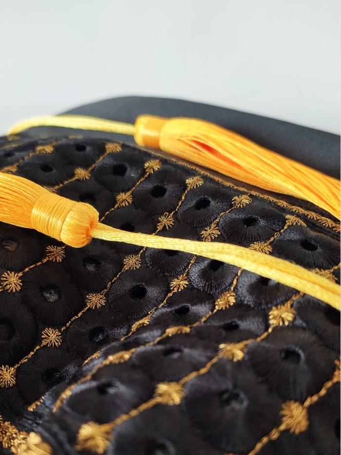 detalles-bolso-mano-saten-negro-oro-amarillo-borlas