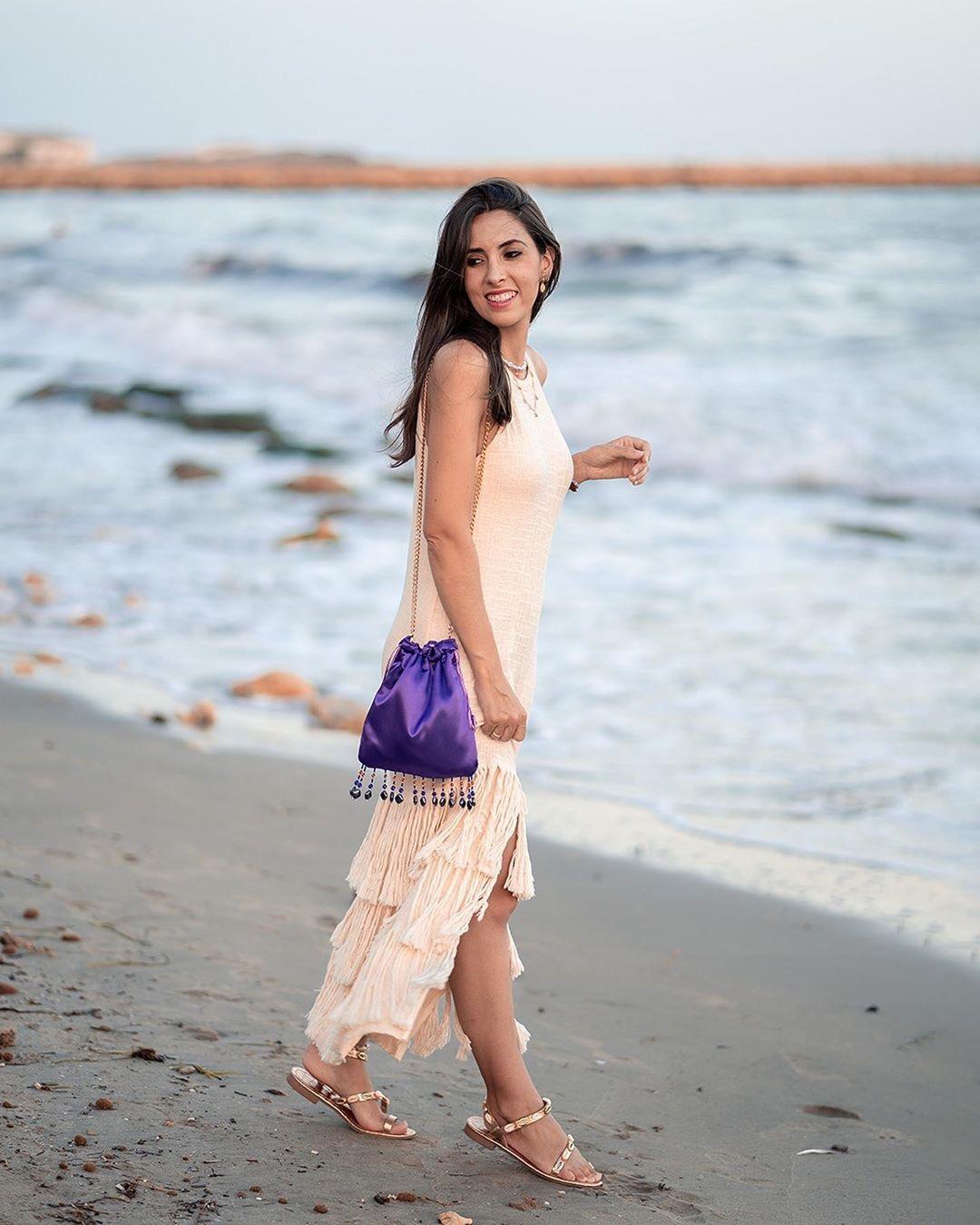 victoria denimandcotton en la playa bolso morado flecos scilla cariddi