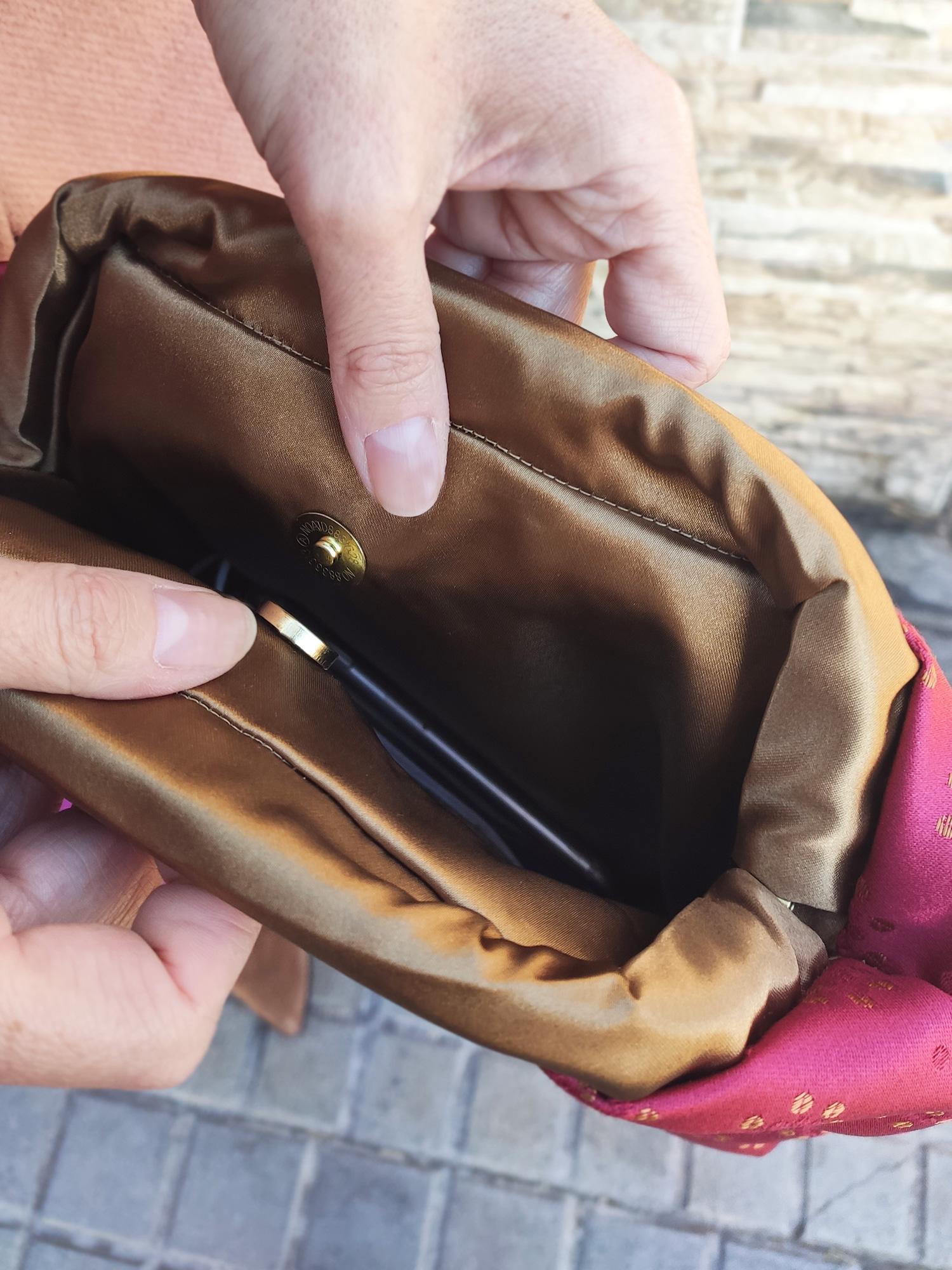 detalle-bolso-mano--brocado-oro-clutch